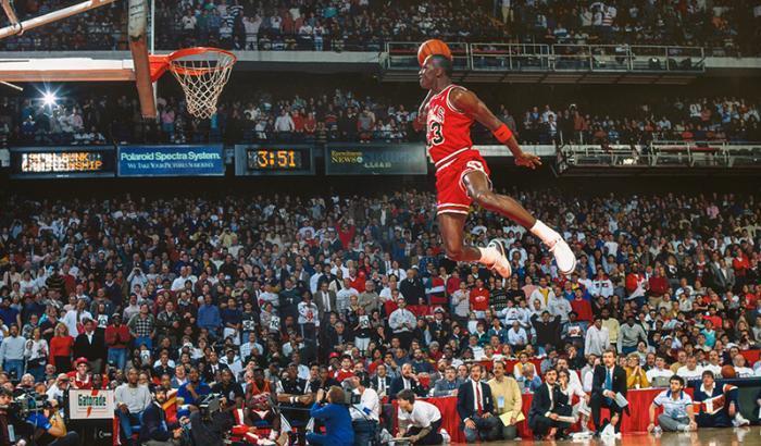Michael Jordan salta slam dunk